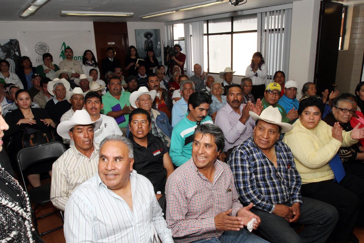 Ejidatarios y campesinos en ceremonia de entrega de recursos por parte de la SEDATU.