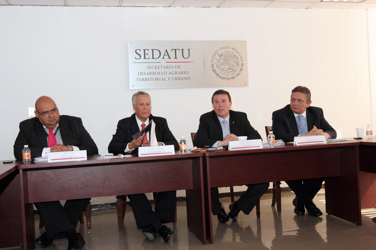 El subsecretario de Desarrollo Agrario de la SEDATU, Gustavo Cárdenas Monroy, con el Comité del Programa de Atención a Conflictos Sociales en el Medio Rural (COSOMER) para la toma de decisiones para la solución de conflictos agrarios.