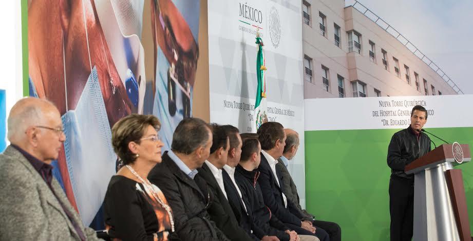 El Primer Mandatario convivió con niños pacientes del Hospital General de México que enfrentan distintas enfermedades, con quienes partió la tradicional Rosca de Reyes.