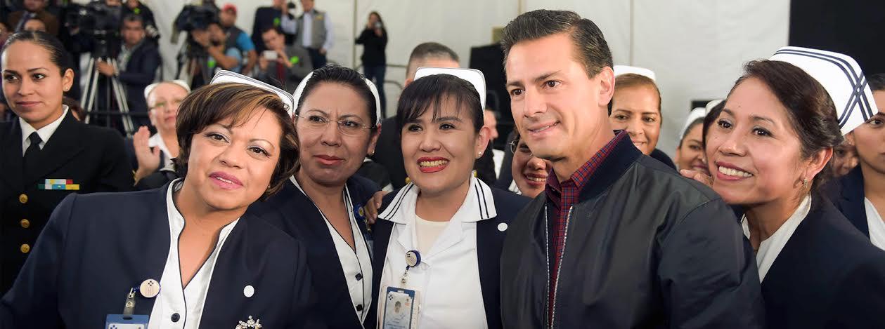 """El Presidente Enrique Peña Nieto señaló que, como Gobierno, """"lo que estamos haciendo es poner los servicios médicos, lo más avanzado, las mejores tecnologías, y sobre todo al personal médico, enfermeras, enfermeros, que están al servicio de su salud""""."""