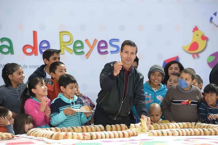 El Primer Mandatario convivió con niños, pacientes del Hospital General de México, que enfrentan distintas enfermedades, con quienes partió la tradicional Rosca de Reyes.