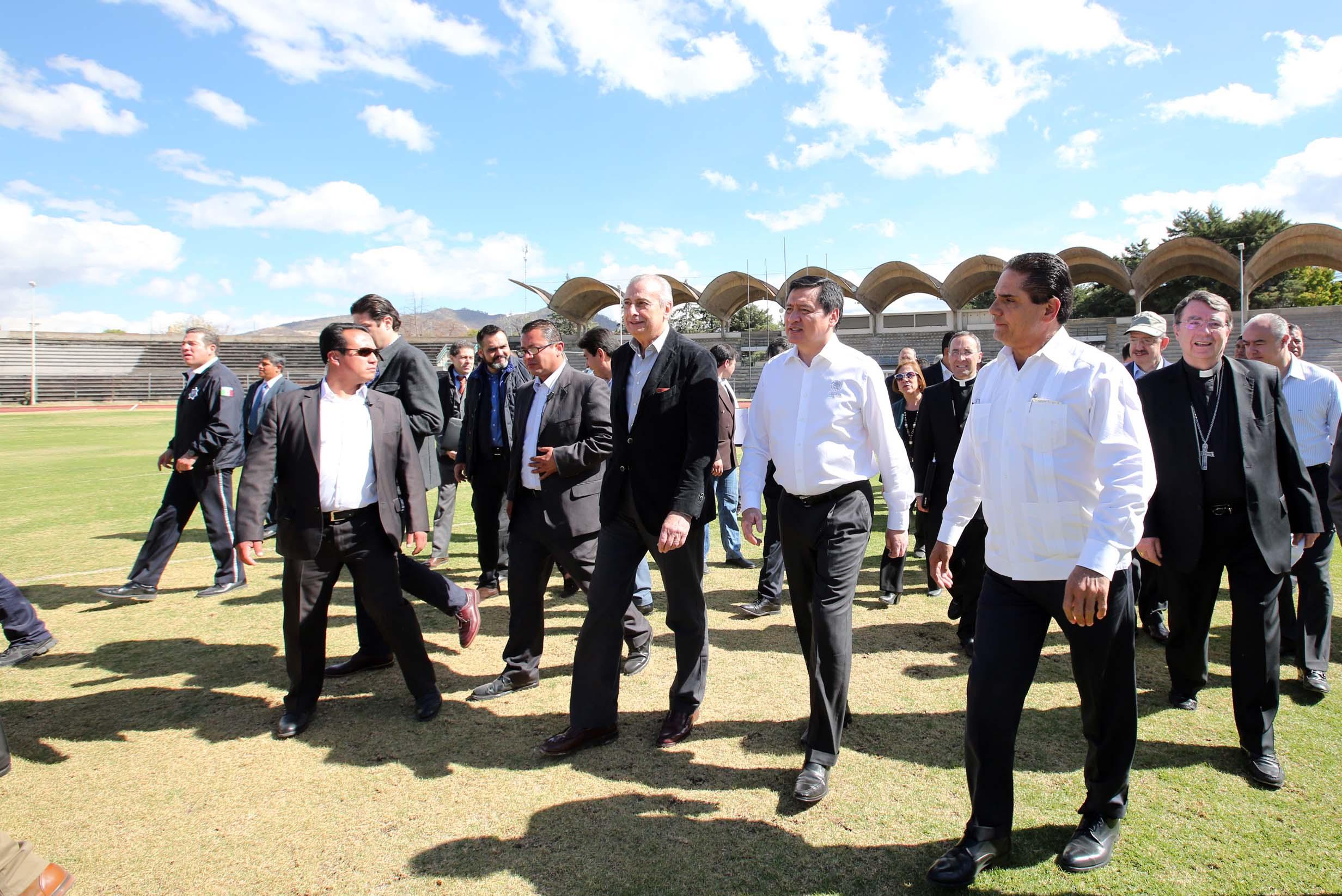 El Secretario de Gobernación, Miguel Ángel Osorio Chong, recorre los lugares en los que estará el Pontífice en México entre el 12 y el 17 de febrero próximos en Morelia, Michoacán.