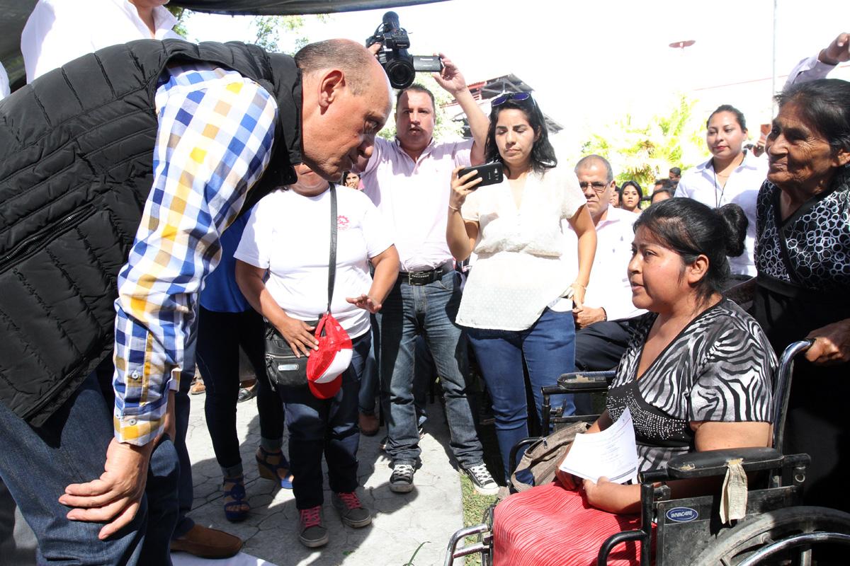 El subsecretario de Desarrollo Urbano y Vivienda, Juan Carlos Lastiri Quirós, con personas beneficiadas.