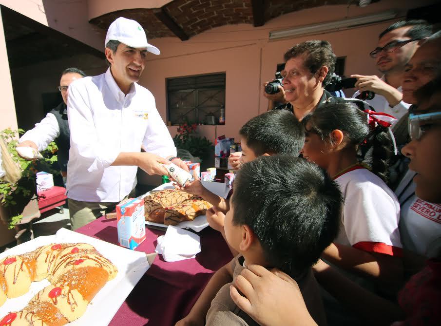 El subsecretario Némer Álvarez realizó un recorrido por una de las tres lecherías que se ubican en el municipio de Sayula