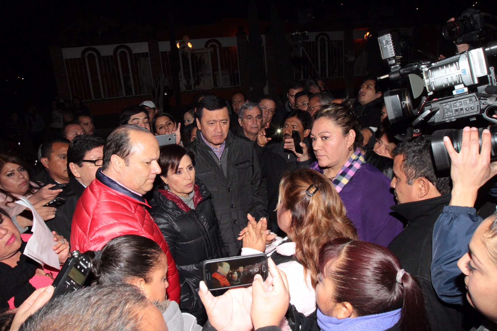 Rosario Robles Berlanga y Miguel Ángel Osorio Chong, conversan con vecinos, principalmente mujeres de Ciudad Juárez, Chihuahua.