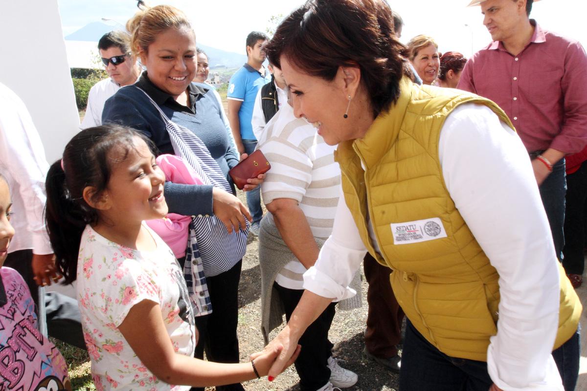 La titular de SEDATU, Rosario Robles Berlanga, comparte con familias nayaritas la felicidad de recibir su nuevo departamento en propiedad. La acompañan diversos funcionarios.