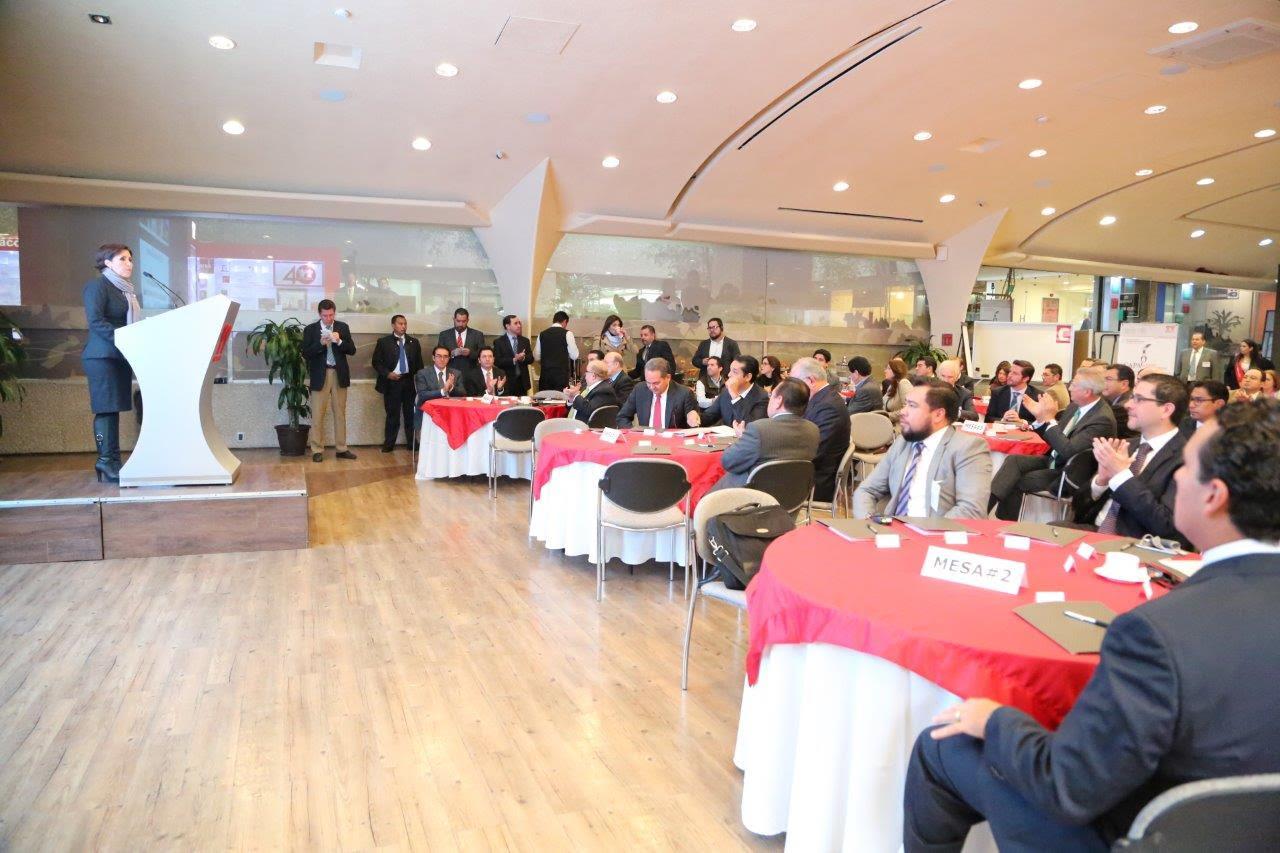 La titular de SEDATU, Rosario Robles Berlanga, en el pódium ante representantes de INFONAVIT y de organismos sectorizados, en el marco de inauguración de un seminario.