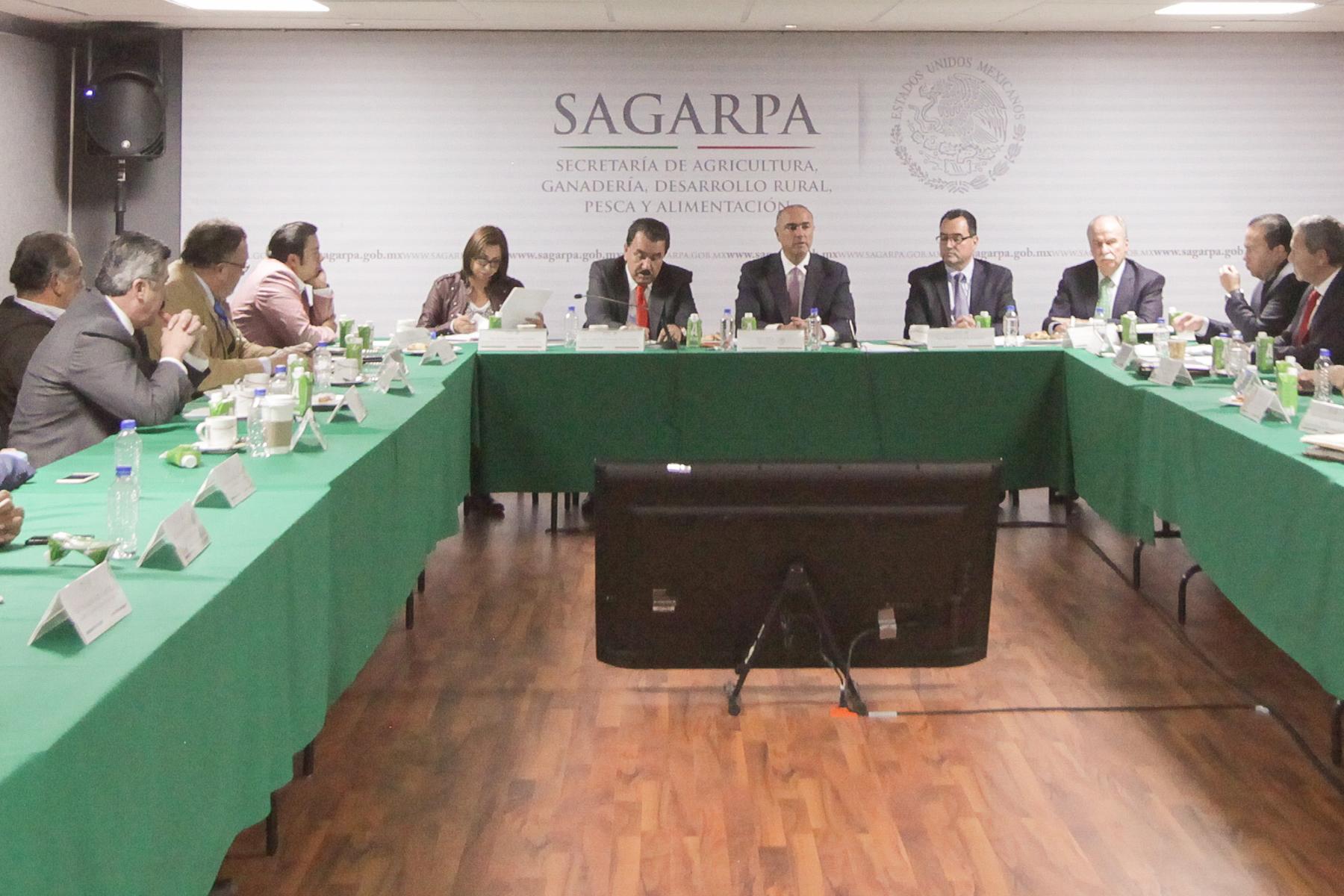 Encuentro del secretario José Calzada Rovirosa con integrantes de la Comisión de Agricultura y Sistemas de Riego.