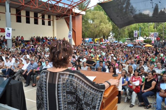 La Secretaria de Desarrollo Social, Rosario Robles Berlanga, entregó en Zamora apoyos a beneficiarios de los programas sociales.