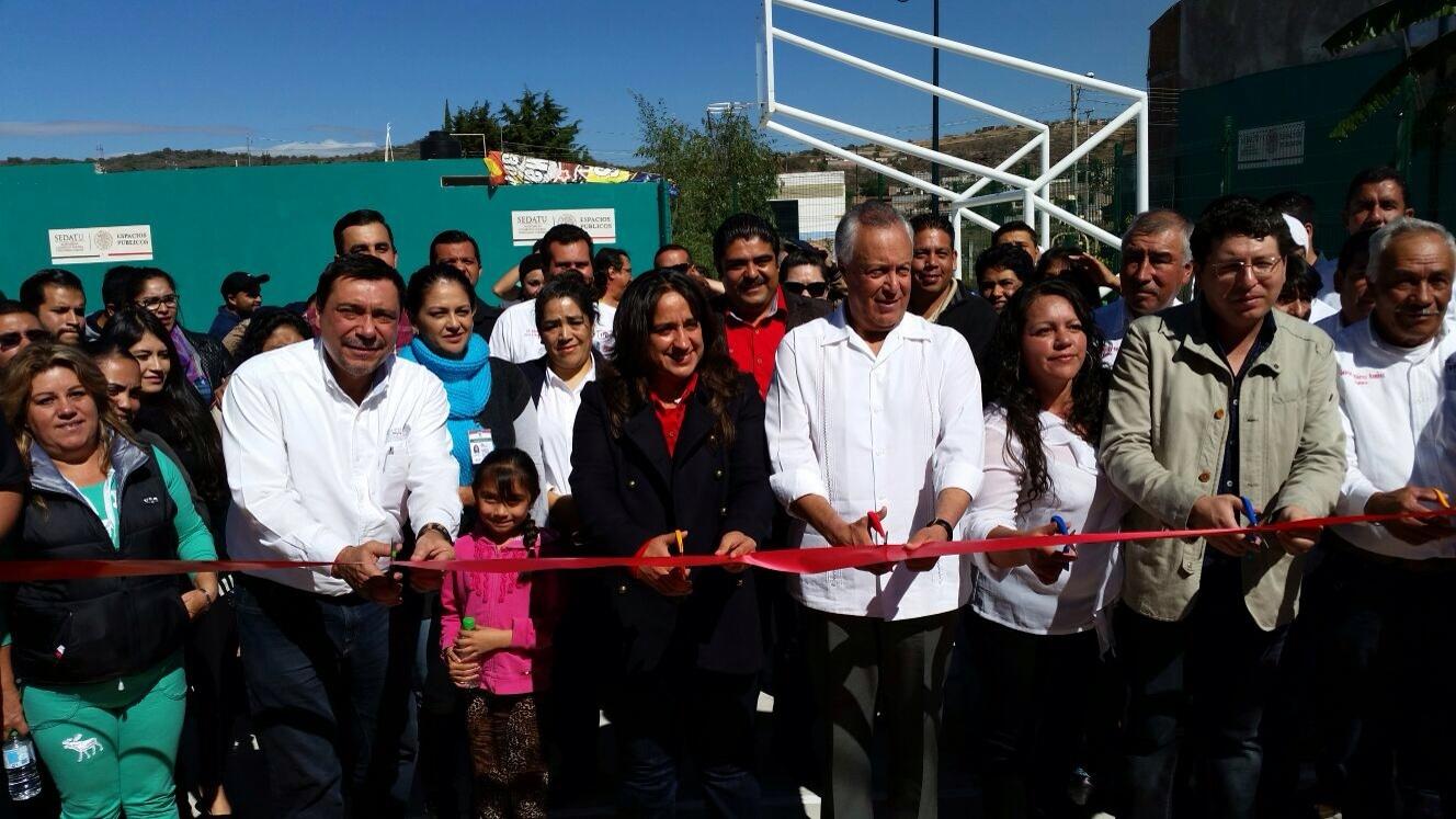 El subsecretario de Desarrollo Agrario, Gustavo Cárdenas, acompañado de María del Refugio Silva, Alcaldesa Municipal de Zinapecuaro; Alfredo Correa, Director de Obras Públicas Municipales; Alfredo Fernández, Delegado Federal de la SEDATU en Michoacán.