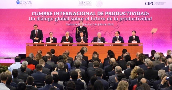 "Ildefonso Guajardo moderates the roundtable ""Lessons of the Productive Sector"" in the International Summit of Productivity"