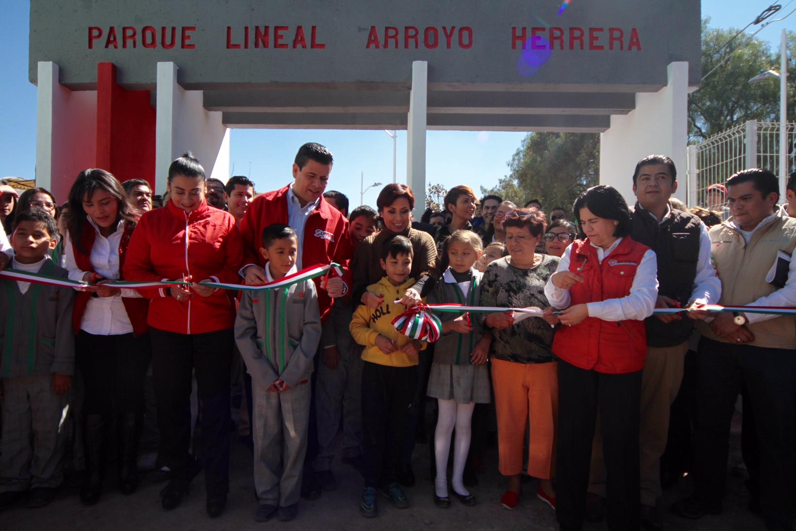 """La Secretaria Rosario Robles interactuando con vecinos de colonias aledañas al parque lineal """"Arroyo Herrera""""."""