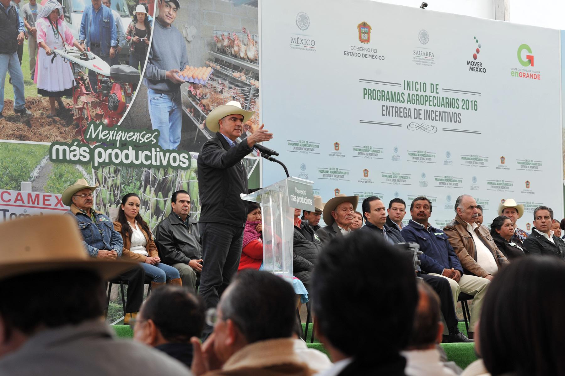 El secretario José Calzada Rovirosa y el gobernador Eruviel Ávila Villegas dieron arranque al Programa Agropecuario 2016.