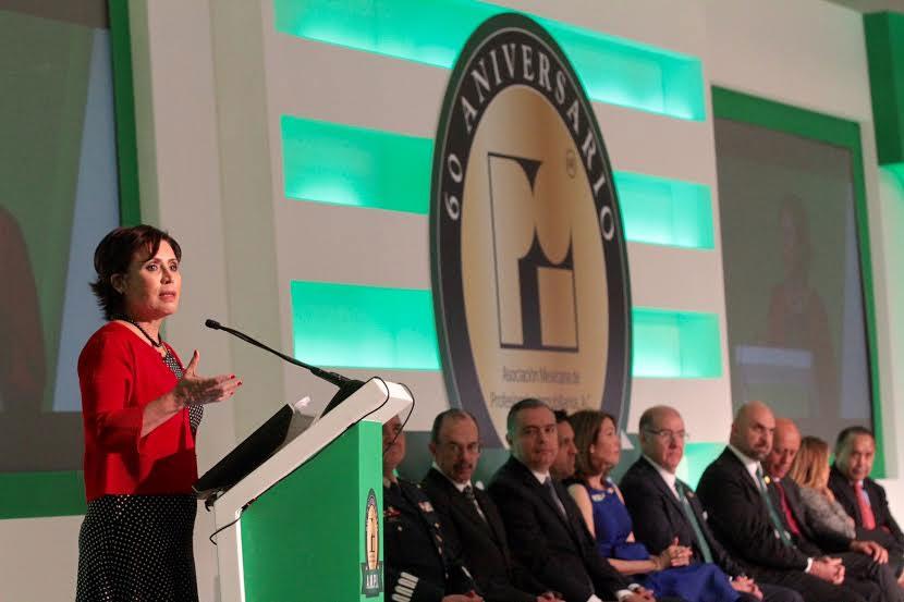 La Titular de SEDATU, en el pódium ante representantes de la Asociación Mexicana de Profesionales Inmobiliarios e invitados especiales.