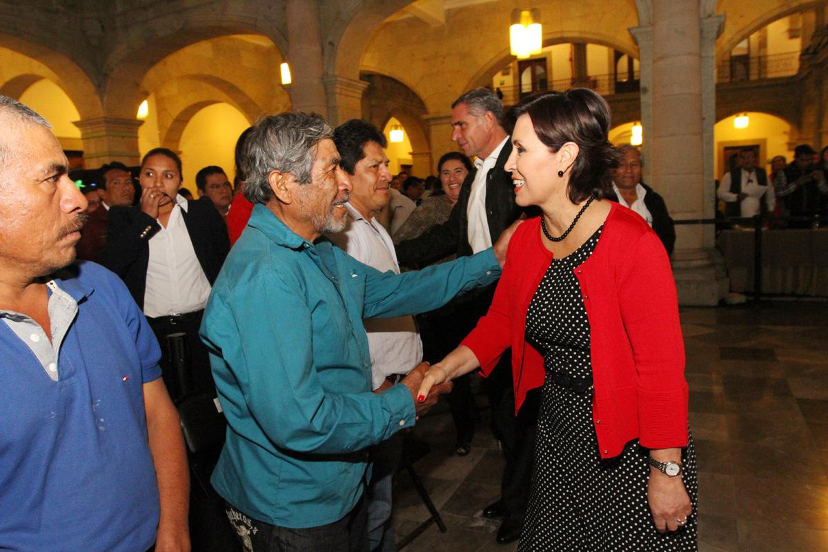 La Secretaria Rosario Robles saludando a los invitados que se dieron cita al evento de entrega de certificados de propiedad, así como de Atlas de Riesgos.