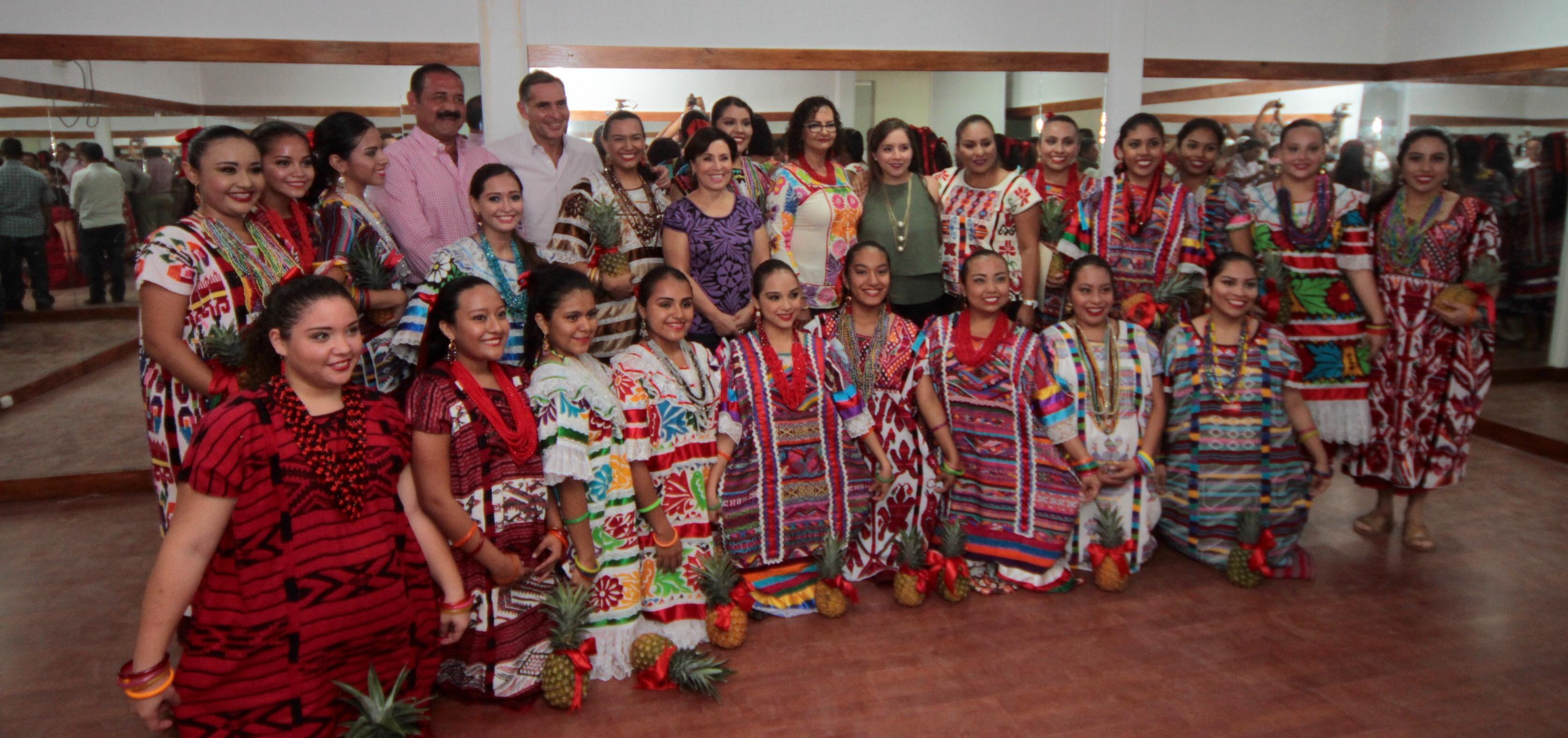 La Titular de SEDATU, Rosario Robles conviviendo con beneficiarios de los centros comunitarios que inauguró este día, como parte del Programa de Rescate de Espacios Públicos  que lleva a cabo el Gobierno de la República.