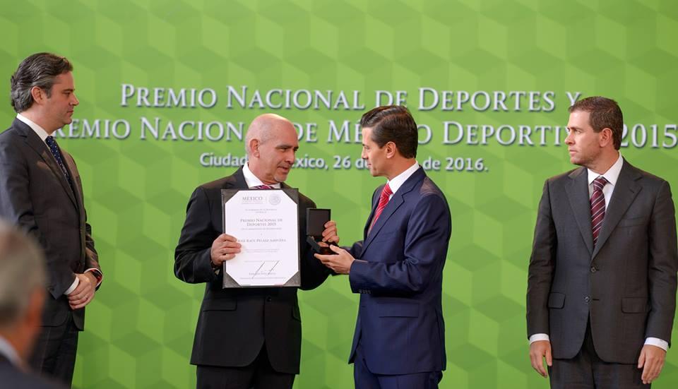 A quienes hemos premiado el día de hoy, a quienes hemos reconocido el día de hoy, son ejemplo, precisamente, de que en México sí es posible encontrar talento, ser talentos, competir con cualquier otro del mundo y ganar, estar por encima de ellos