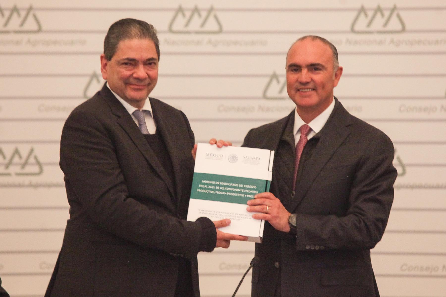 Entrega secretario José Calzada Rovirosa el padrón de beneficiarios de tres programas de la dependencia al Comité Directivo del CNA.