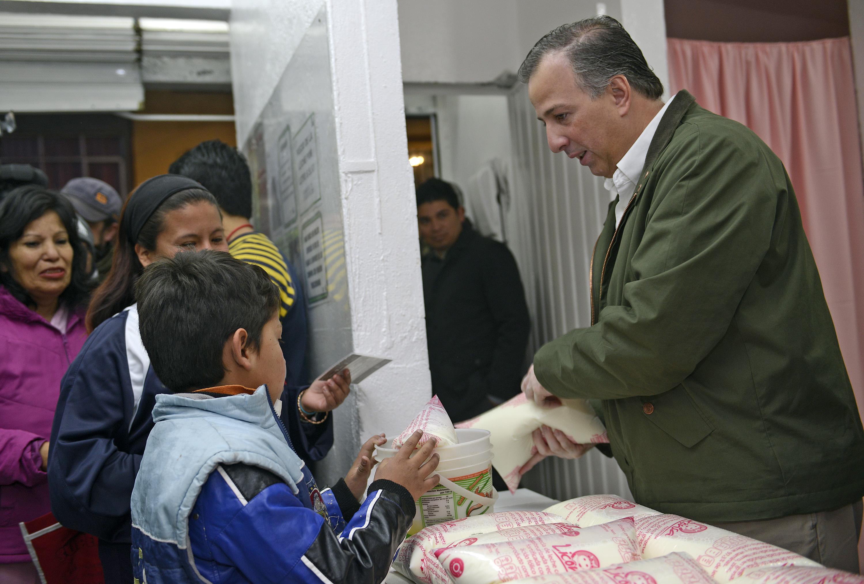 Secretario Meade durante su visita a una lechería de Liconsa en la Ciudad de México