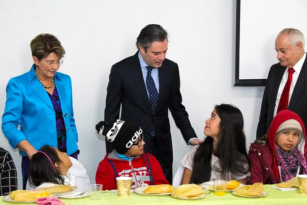 Convive Nuño Mayer con niños en Hospital General de México