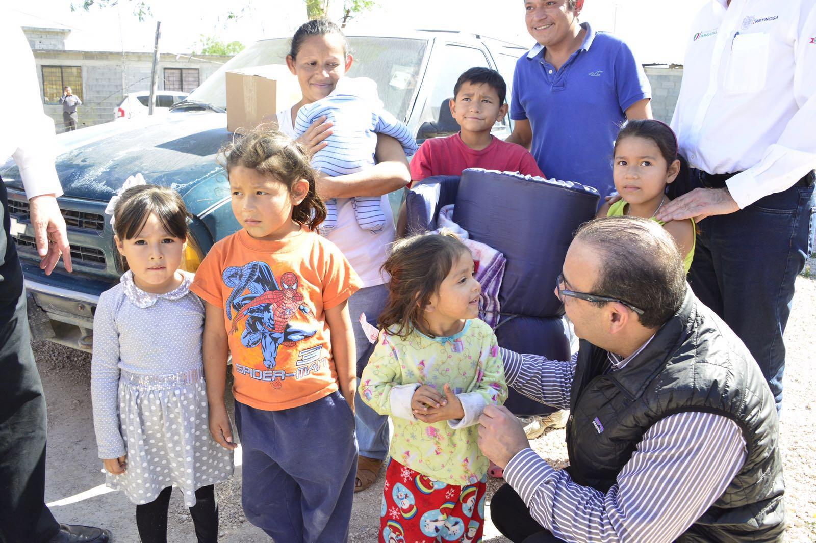 El Secretario Navarrete Prida, durante la entrega de apoyos en Tamaulipas por los frentes fríos.
