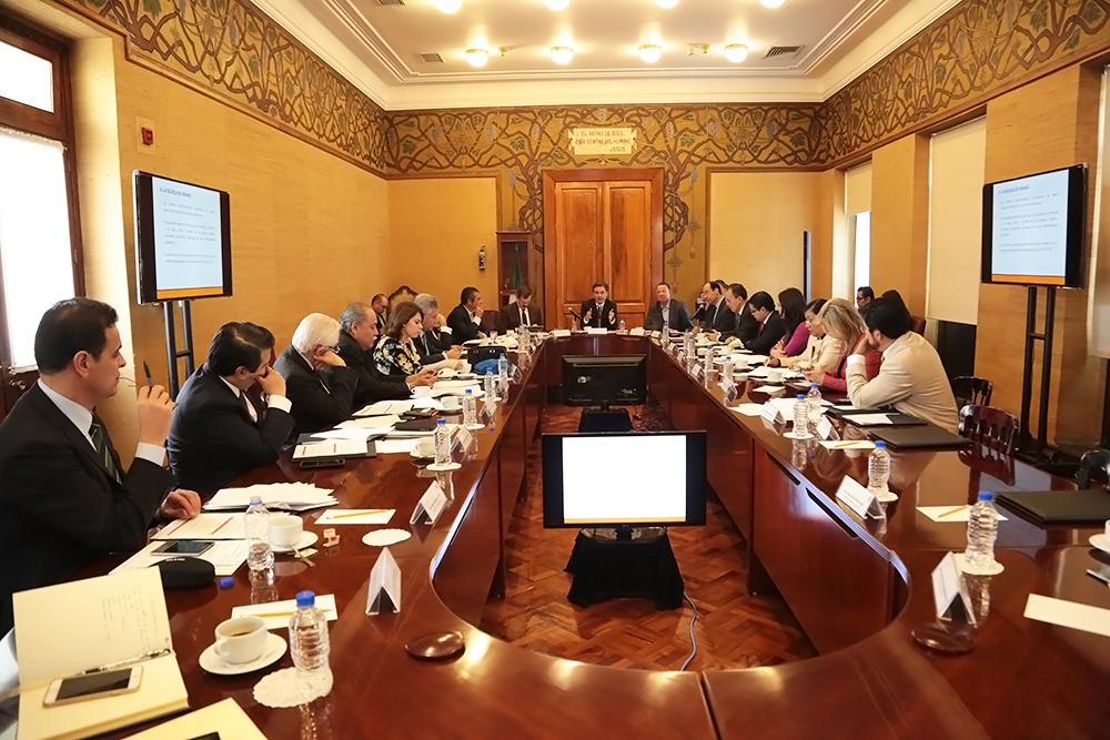 Presenta Nuño Mayer a senadores y diputados el Plan Escuela al Centro