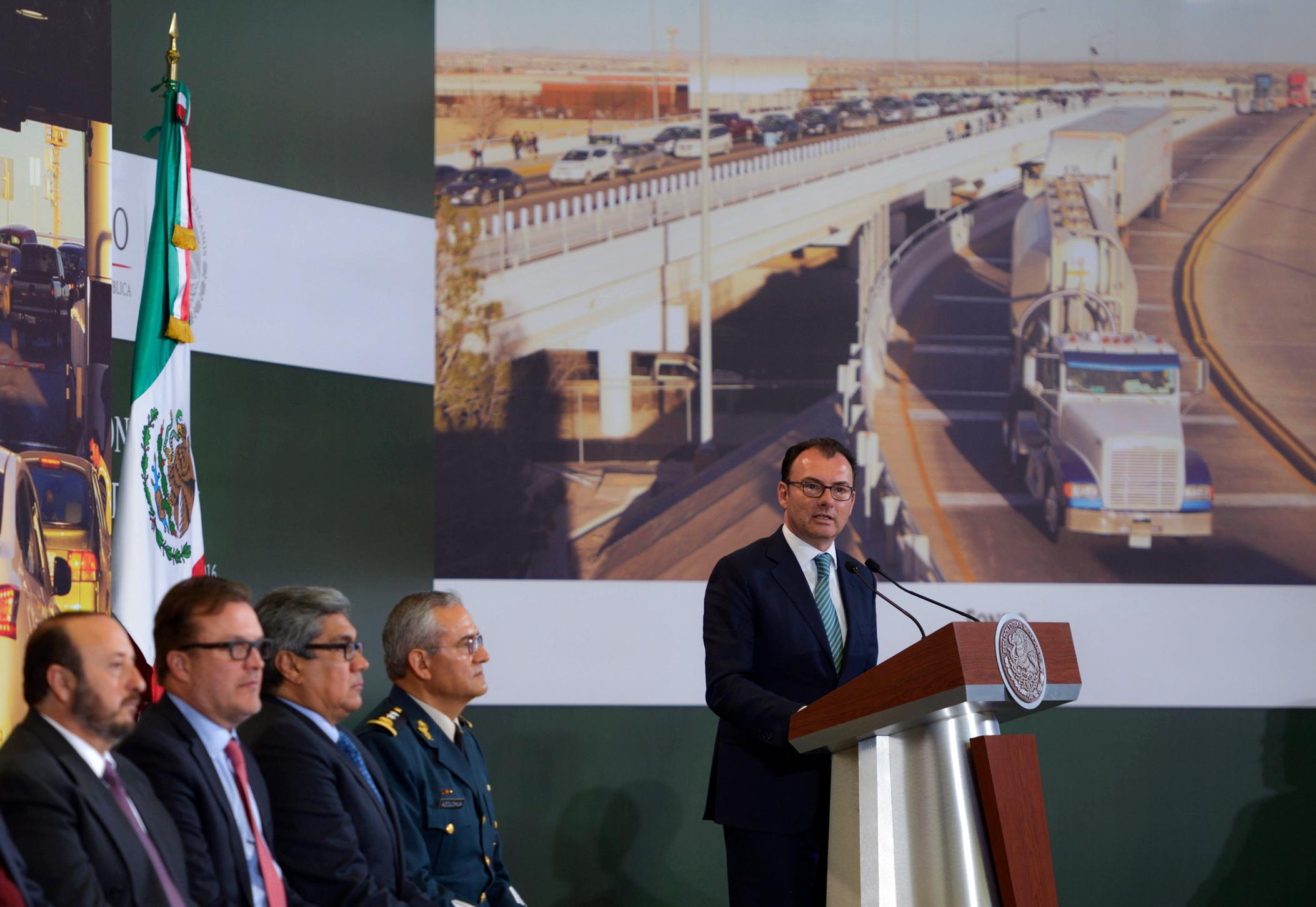 Los recursos de los peajes, en lugar de destinarse fundamentalmente al Gobierno Federal, se destinaran aquí, a obras, a proyectos, que detonaran desarrollo aquí mismo, en Ciudad Juárez, explicó el doctor Luis Videgaray Caso.