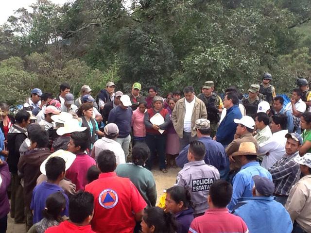 El subsecretario de la Sedesol, Javier Guerrero García, visita a indígenas tlapanecos de El Tepeyac, Filo de Acatepec, Unión de las Peras, Lucerna y Moyotepec