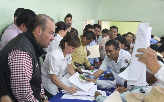 En Metlatónoc se entregaron 1,500 despensas y en Cochoapa se rescató a cuatro personas lesionadas; la ayuda seguirá fluyendo a estos municipios, los más pobres de México