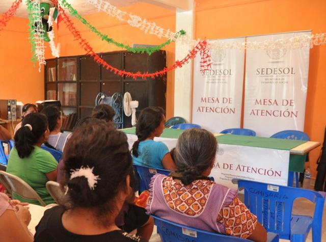 En Acapulco y Petaquillas, más de un millar de familias reciben el pago equivalente a dos jornales durante diez días