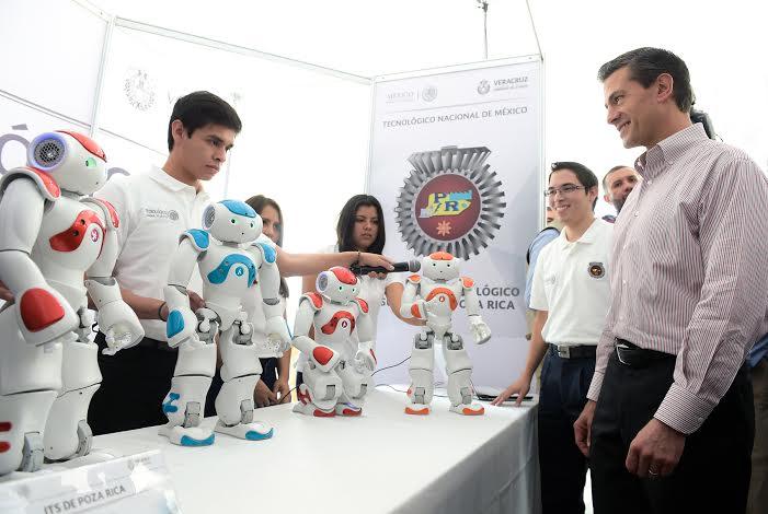 El Primer Mandatario entregó reconocimientos a alumnos de distintos planteles tecnológicos del país que destacaron en diversos concursos internacionales en las áreas de robótica, mecatrónica y sistemas.