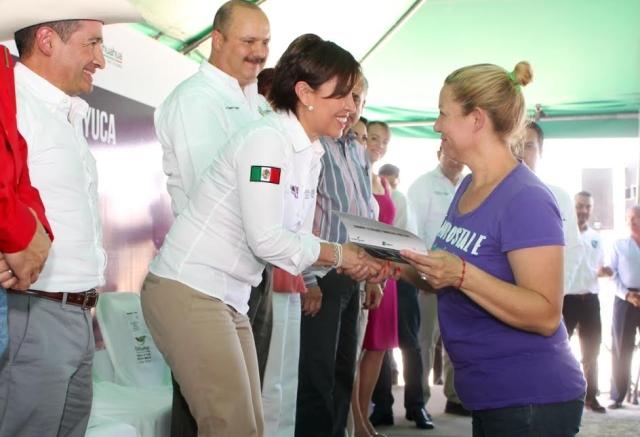 Reinaugura la Secretaria de Desarrollo Social, Rosario Robles Berlanga, el almacén de DICONSA en Samalayuca, Chihuahua