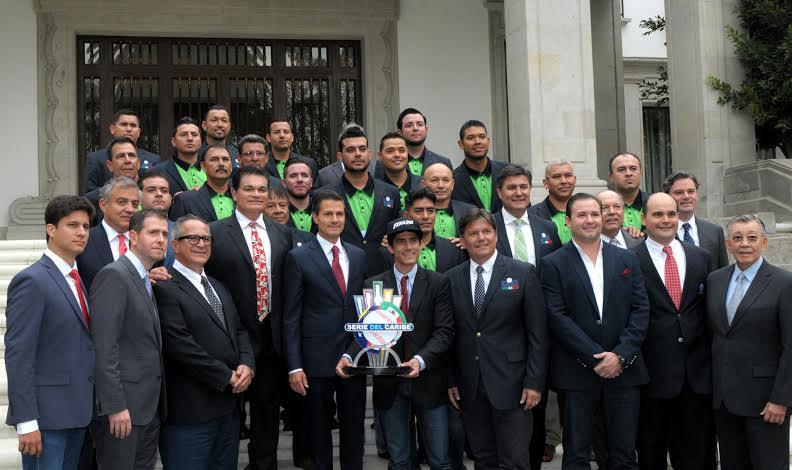 En Los Pinos, el Primer Mandatario convivió con los campeones, con sus directivos y sus familiares.
