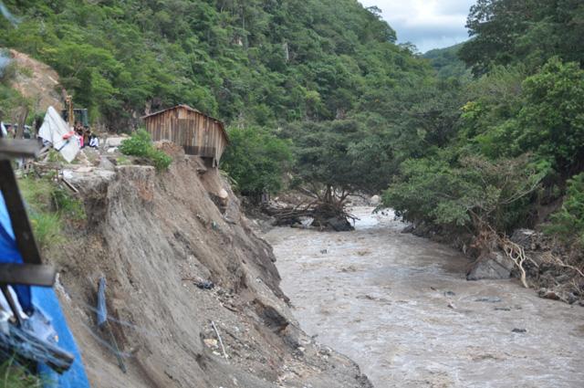 """Las brigadas de la Sedesol llevan ayuda humanitaria a Mochitlán, donde sólo se podía llegar por aire tras el paso de """"Manuel"""""""