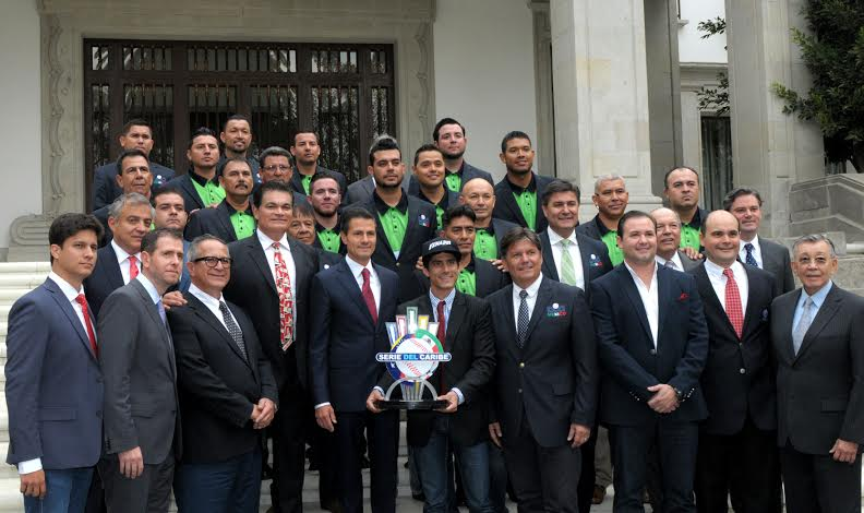 The president socialized with the champions, their managers and families in Los Pinos.