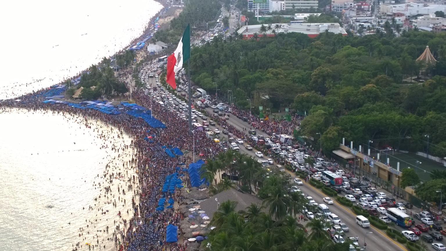 SECTUR incentivó al turista en Acapulco mediante un espectáculo de aviones y el concierto del grupo Playa Limbo.
