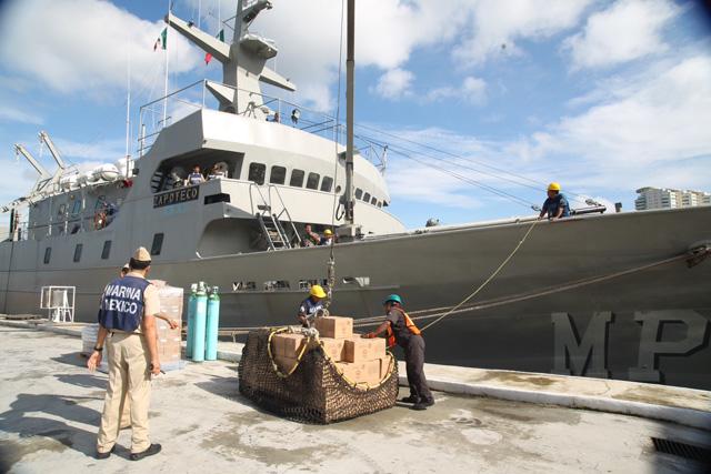 La embarcación de la Marina Armada de México trasladó 14 mil despensas, oxígeno médico y 7 mil latas de atún