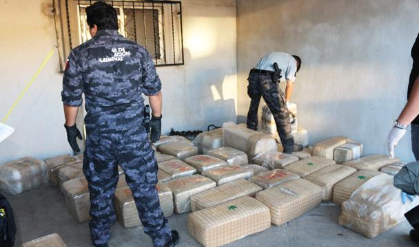 Mediante cateo, la PGR asegura más de una tonelada y media de mariguana en el Puerto de Ensenada.
