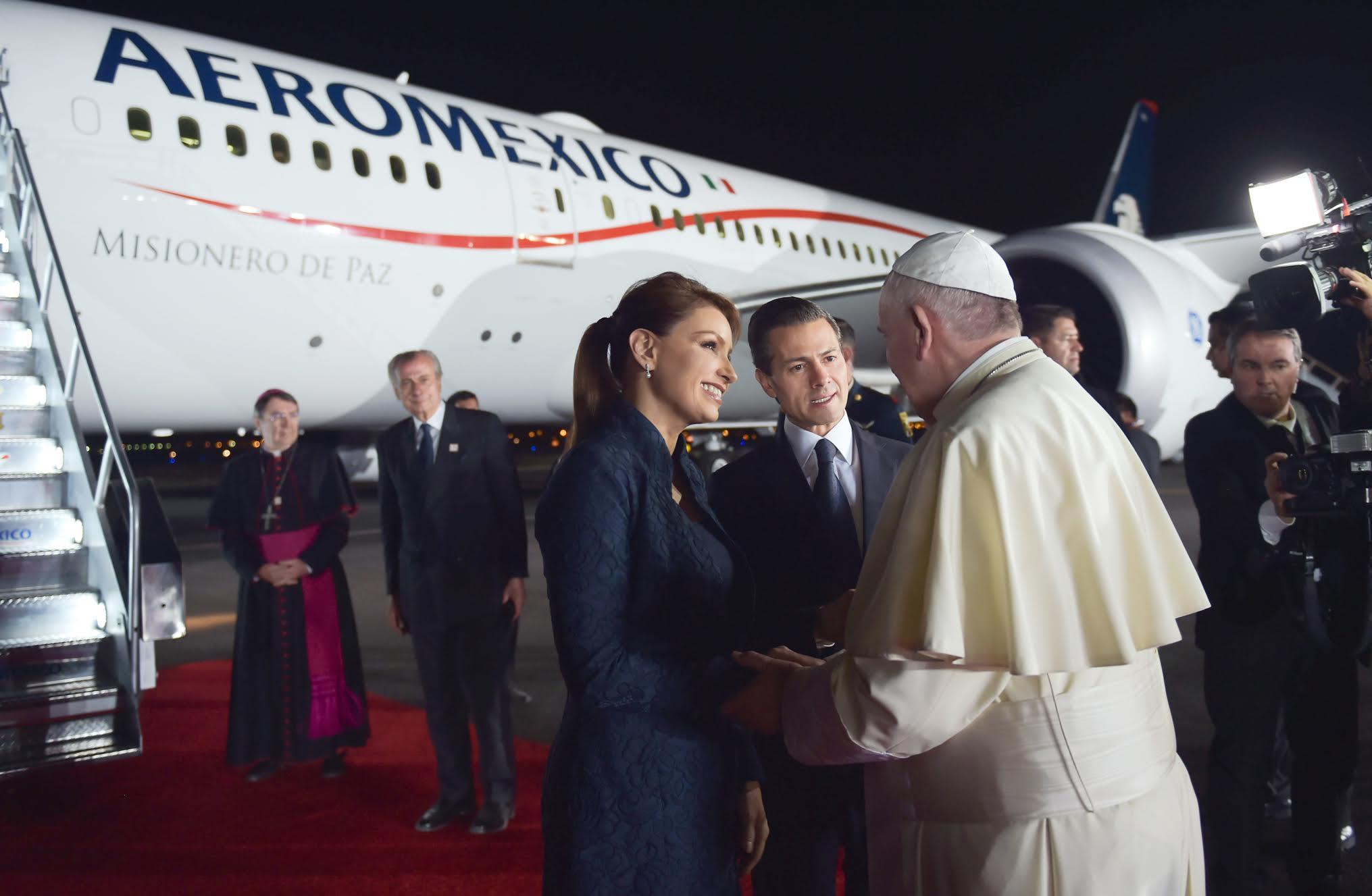 """En una emotiva ceremonia realizada en el Aeropuerto Internacional """"Abraham González"""", de Ciudad Juárez, el Mandatario mexicano y su esposa despidieron al Sumo Pontífice al pie de la escalerilla del avión que lo lleva de regreso a Roma."""