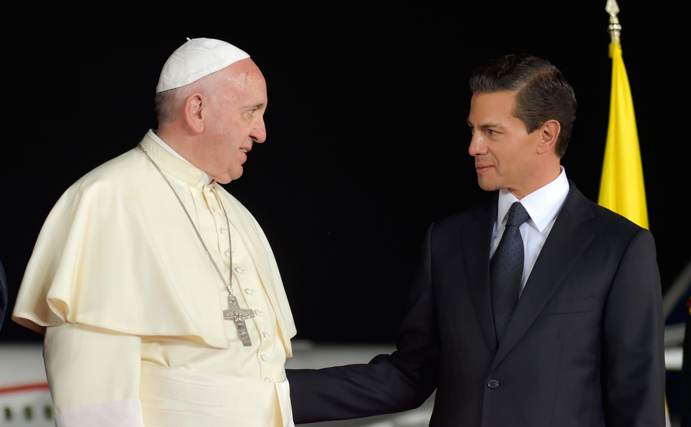 In an emotional ceremony at Abraham González International Airport in Ciudad Juárez, the Mexican president and his wife bid farewell to the Pope at the foot of the airstairs of the plane taking him back to Rome.