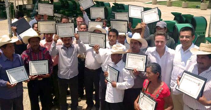 Entregan apoyos del Fondo Emprendedor a productores chiapanecos de café