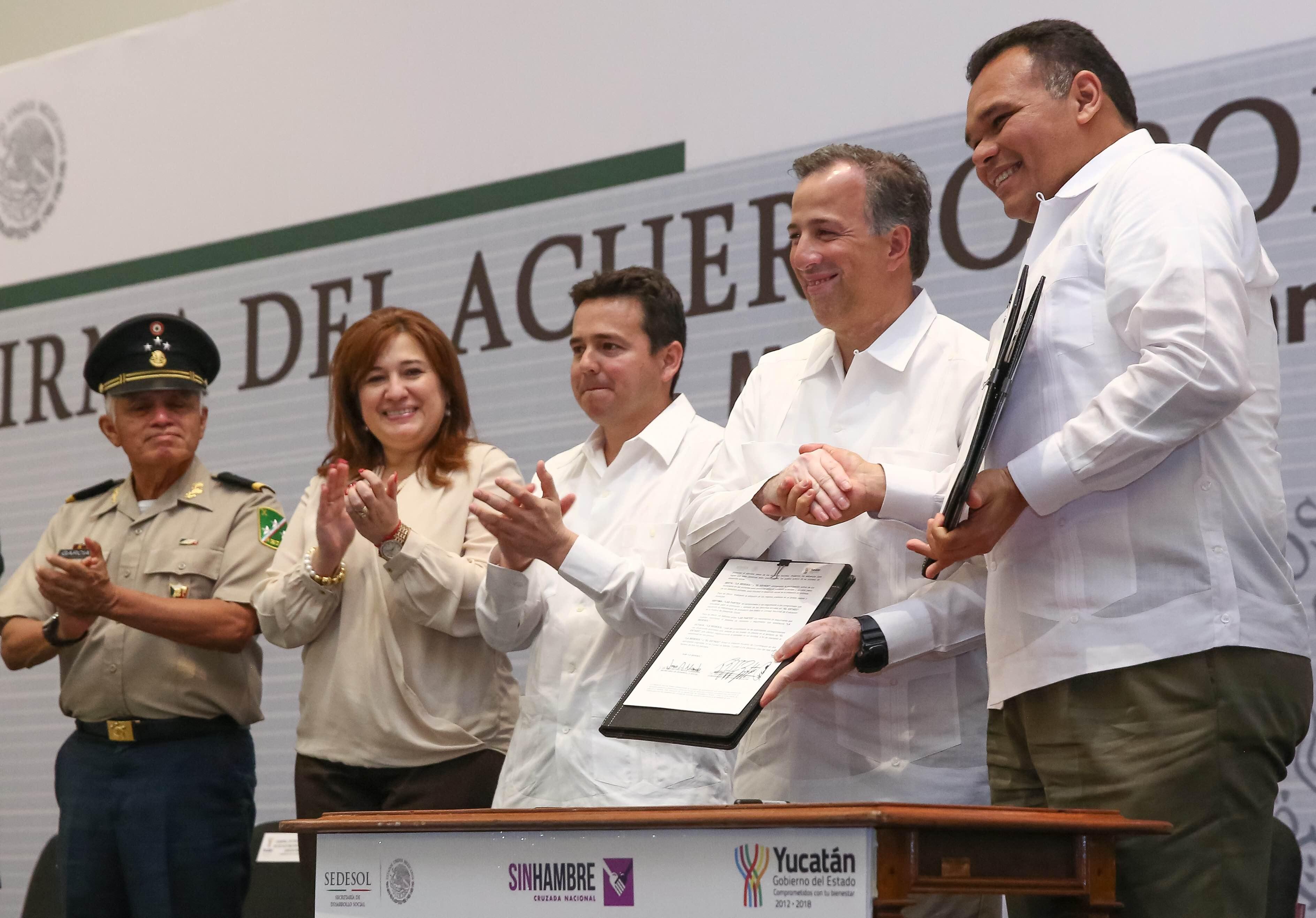 El secretario José Antonio Meade y el gobernador Rolando Zapata firmó el Acuerdo por un Yucatán sin Pobreza