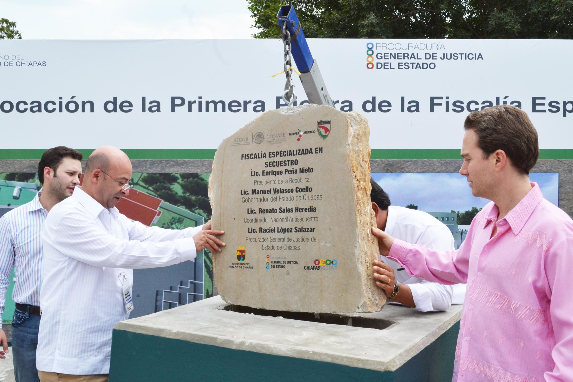 El Coordinador Nacional Antisecuestro, Renato Sales, y el Gobernador de Chiapas, Manuel Velasco, encabezan la colocación de la primera piedra del edificio sede de la Fiscalía Especializada en Secuestro de la PGJE en Tuxtla Gutiérrez