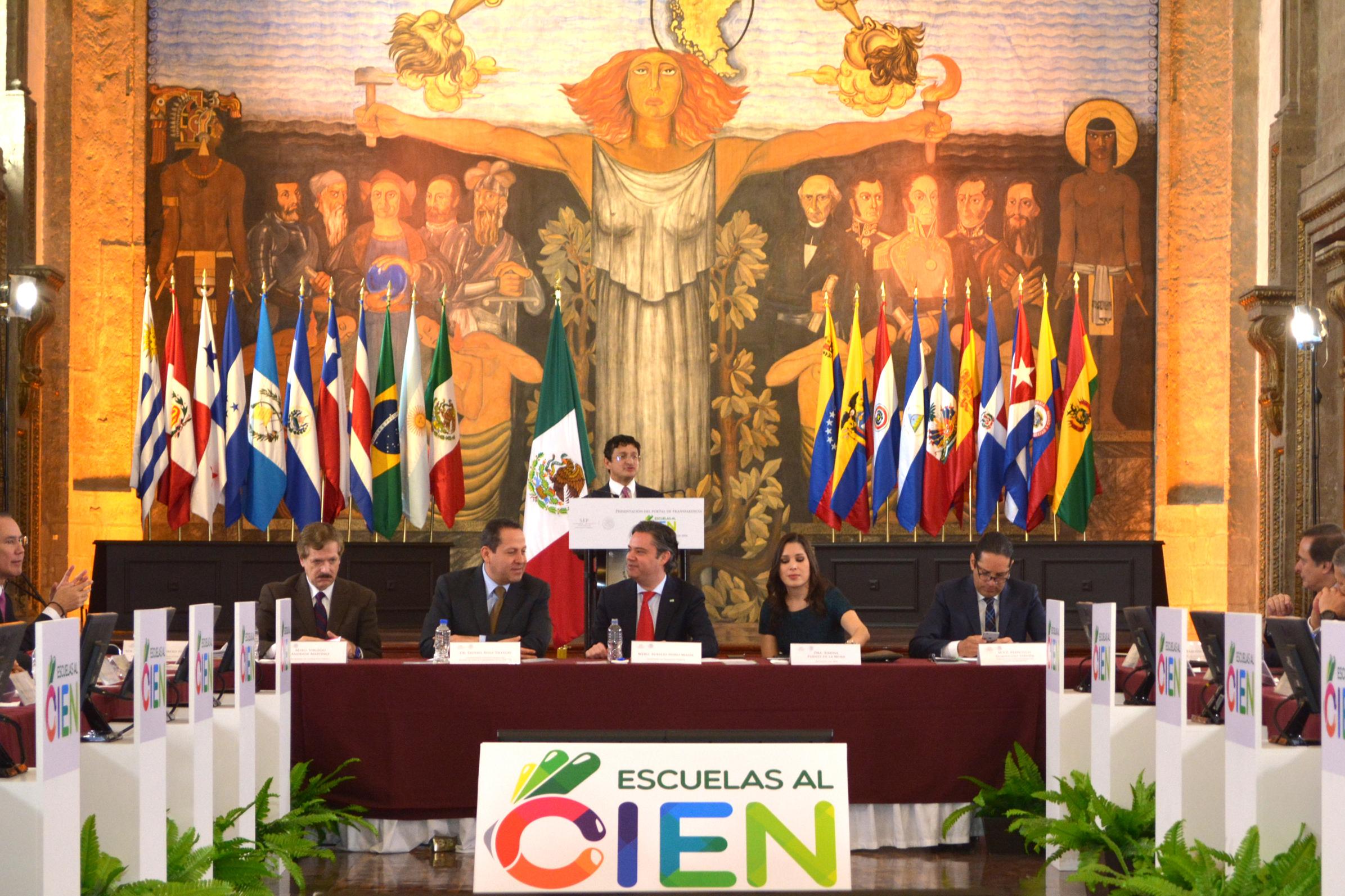 El Secretario Virgilio Andrade, (frente a él de izq. a der.)  Juan Carlos Romero (Senador), Eruviel Ávila (Gob. del Edo. de México), Aurelio Nuño (Secretario de la SEP), Ximena Puente (Presidenta del INAI) y Francisco Domínguez (Gob. de Querétaro).