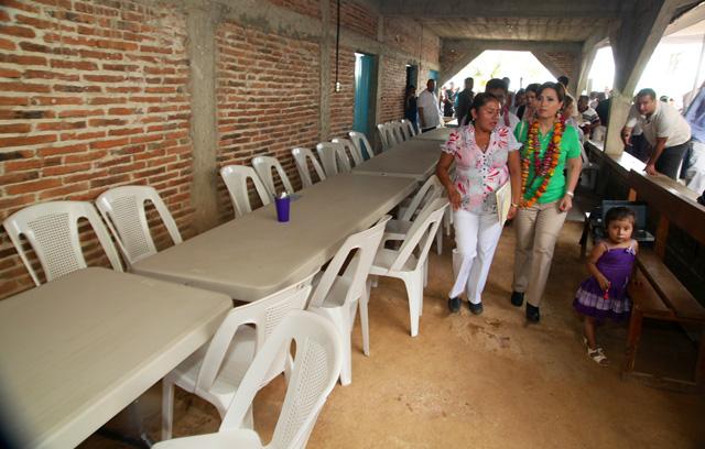 Acompañada de la titular de la CDI, visitó comedores comunitarios y emergentes en la zona de la montaña