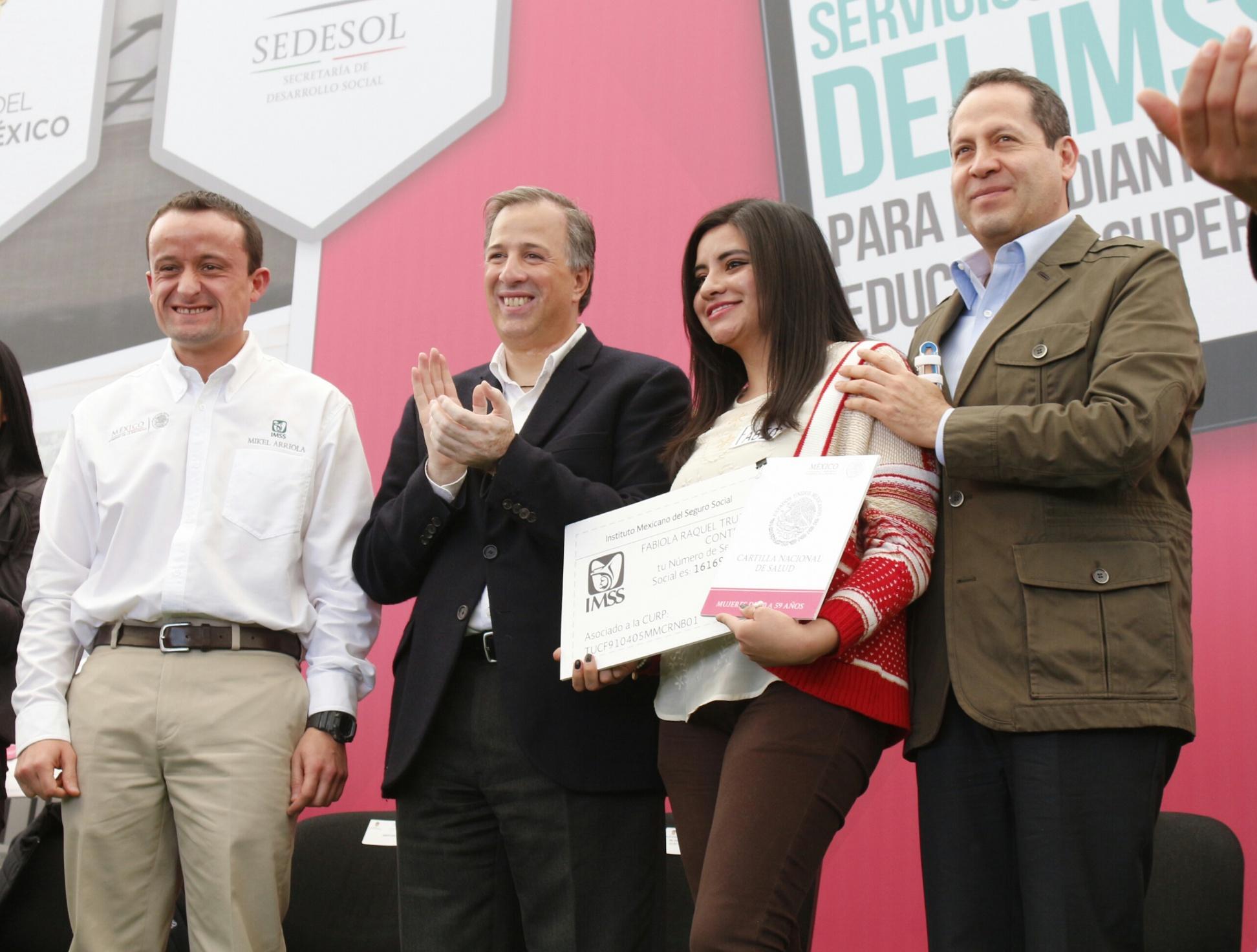 El secretario de Desarrollo Social, Jose Antonio Meade Kuribreña, y el director del IMSS, Mikel Arriola Peñalosa, entregaron simbólicamente a estudiantes mexiquenses los primeros 500 mil registros de seguridad social
