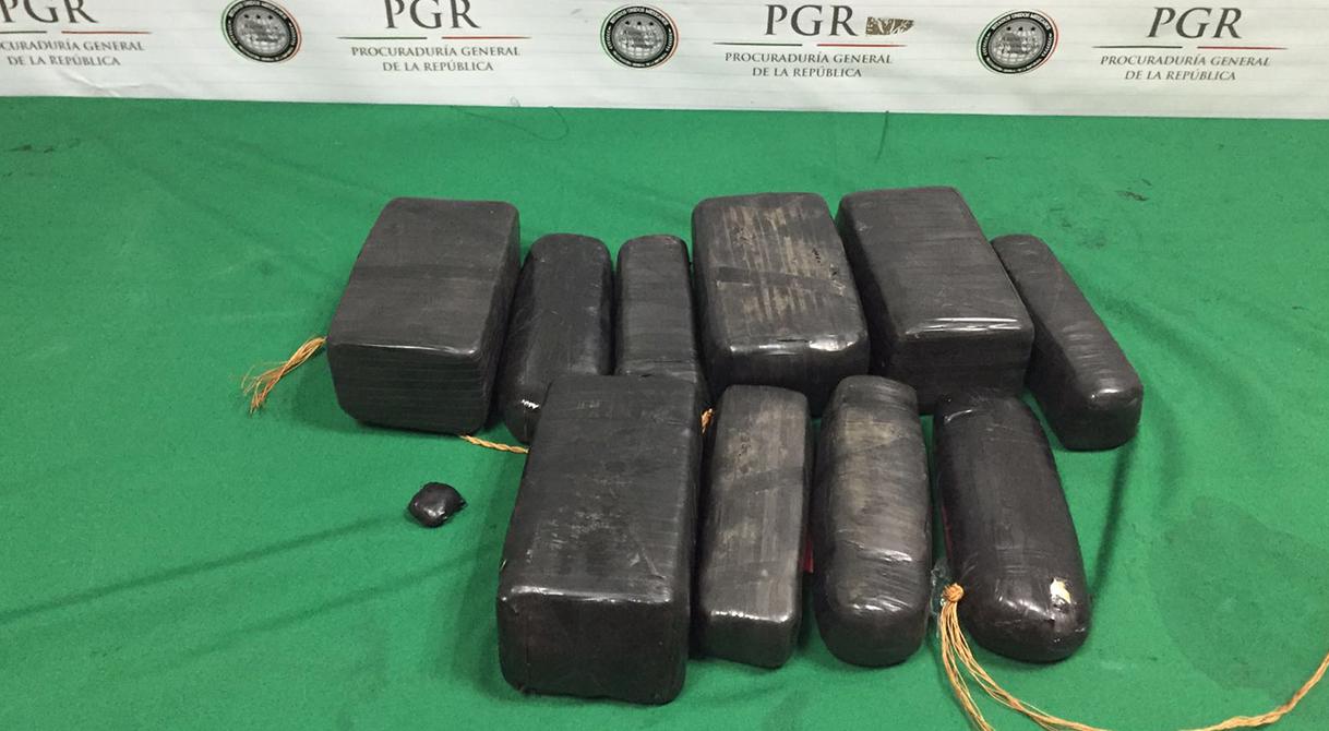 PGR consigna a pareja que traía cerca de 10 kilos de cristal.