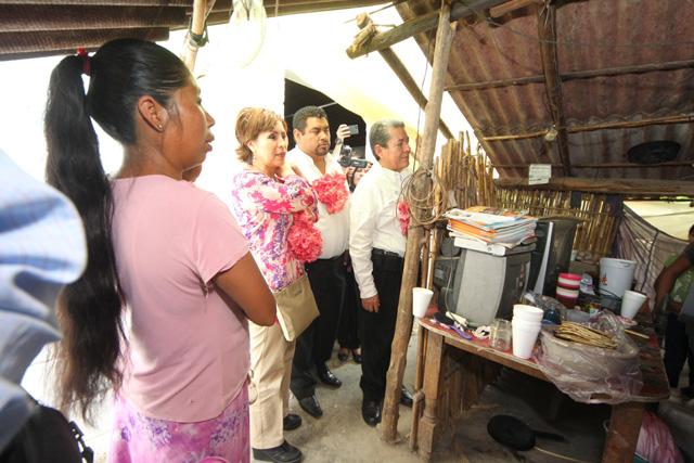 En un acto improvisado, la secretaria de Desarrollo Social, Rosario Robles Berlanga, tomó una silla como tribuna para dirigirse a los adultos mayores del municipio de Zumpahuacán, a quienes reconoció la patria que han forjado para las nuevas generaciones