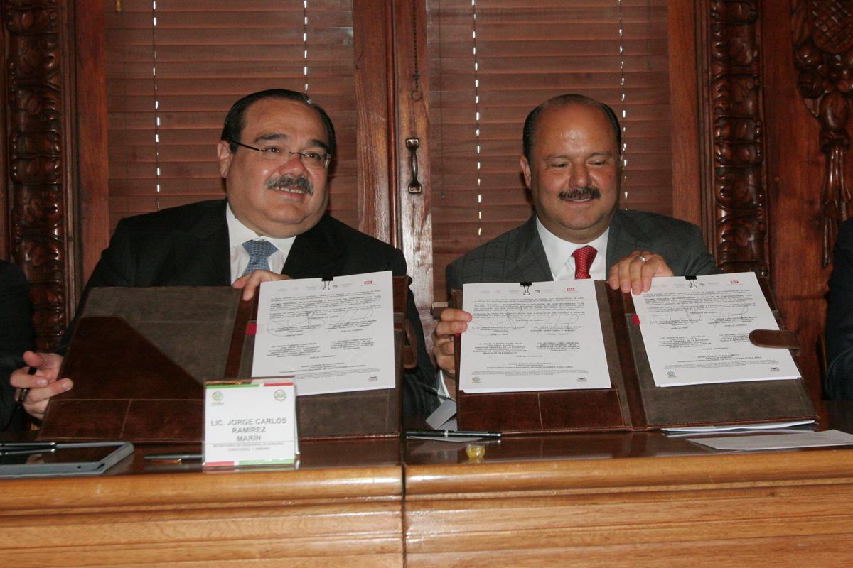 El secretario de Desarrollo Agrario, Territorial y Urbano, Jorge Carlos Ramírez Marín, y el gobernador César Duarte Jáquez.