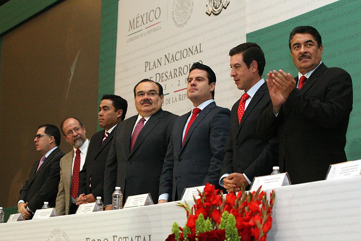 El secretario de Desarrollo Agrario, Territorial y Urbano (SEDATU), Jorge Carlos Ramírez Marín, al inaugurar el Foro de Consulta Estatal Jalisco, del Plan Nacional de Desarrollo 2013-2018, junto con el gobernador Aristóteles Sandoval Díaz.